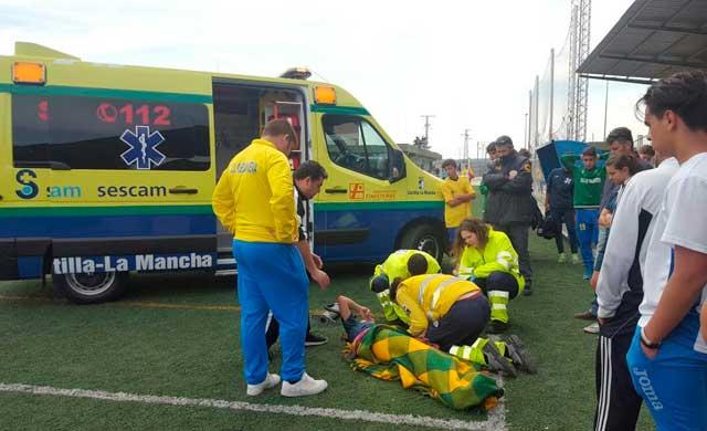 Una jugadora del Ciudad de Talavera es atendida por el 112
