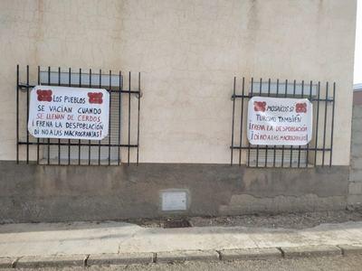 Pancartas contra la despoblación y las macrogranjas