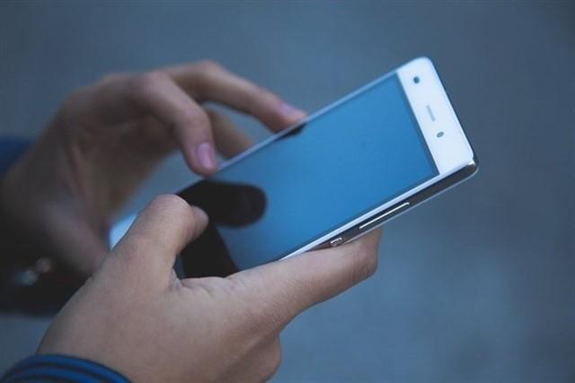 Usuario de teléfono móvil en una foto de archivo | EP