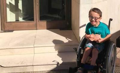 Iker, con parálisis cerebral, dona sus ahorros para otro niño con enfermedad rara