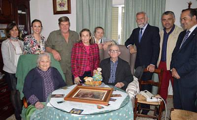 Saturnino Gómez, primer ganador del Premio Ciudad de Talavera, recibe el bastón de Mondas