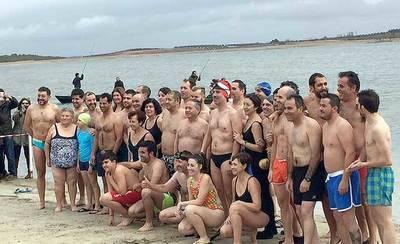 Una treintena de bañistas desafían temperaturas bajo cero en Villafranca