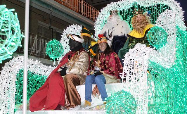 Los Reyes Magos dejan regalos en Torrijos tras llegar en coches clásicos