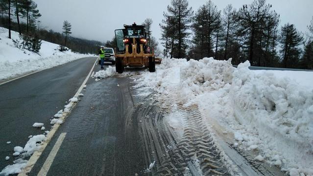 El Gobierno regional emplea casi 90 operarios para despejar la nieve en 550 km de carreteras