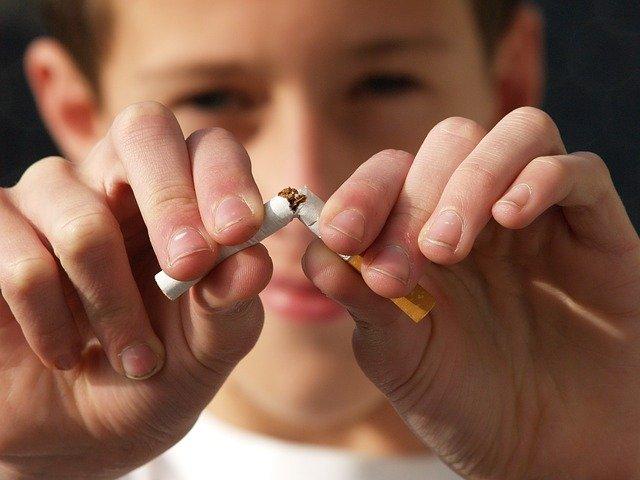 El peligro del cáncer: 9 de cada 10 personas fuman delante de menores