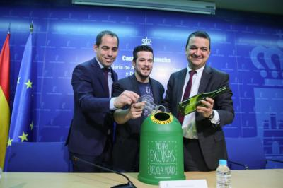 El consejero de Agricultura, Medio Ambiente y Desarrollo Rural, Francisco Martínez Arroyo, presenta la campaña para promover el reciclaje de vidrio en la hostelería de Castilla-La Mancha