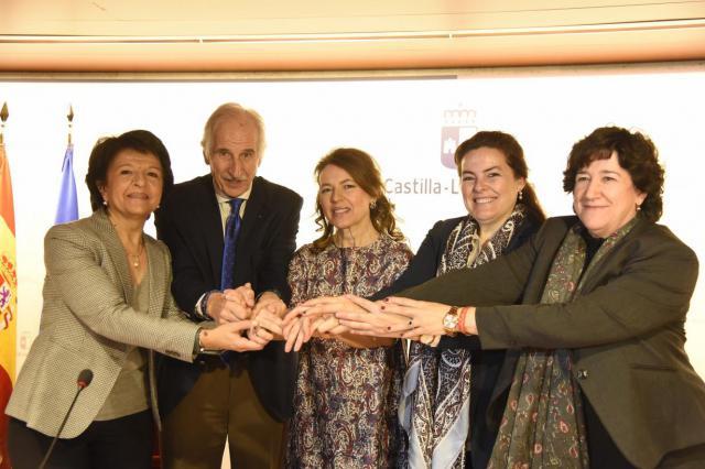 La consejera de Bienestar Social, Aurelia Sánchez, firma en la Consejería, el Pacto por la Infancia con Unicef