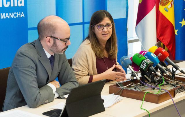 La directora gerente del SESCAM, Regina Leal, ofrece, en el Servicio de Salud de Castilla-La Mancha, una rueda de prensa