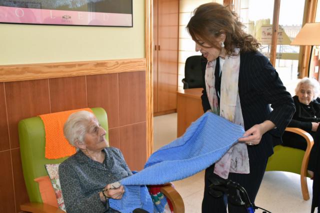 La consejera de Bienestar Social, Aurelia Sánchez, ha visitado la Vivienda de Mayores de Camuñas