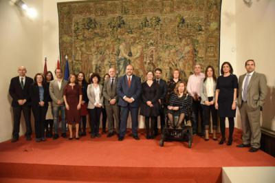 Foto de familia en la firma del convenio 'Empresas por una Sociedad Libre de Violencia hacia las Mujeres'