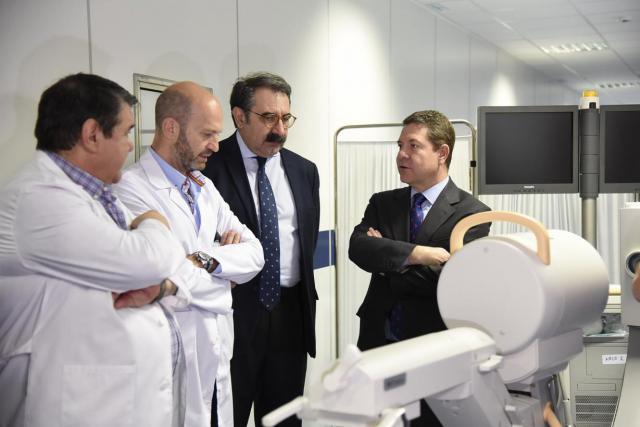 El presidente de Castilla-La Mancha, Emiliano García-Page, visita la nueva unidad específica de oncohematología infantil