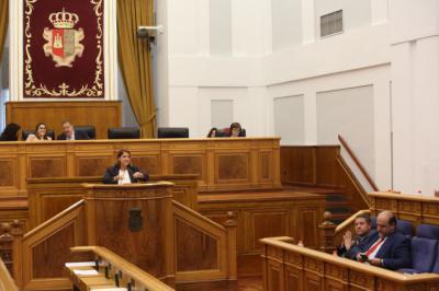 La consejera de Fomento, Agustina García Élez, durante su intervención en el debate de las Cortes