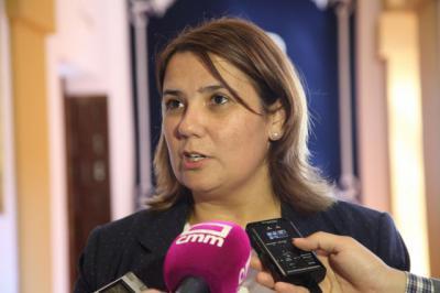 La consejera de Fomento durante las declaraciones que ha efectuado a los medios de comunicación en las Cortes regionales
