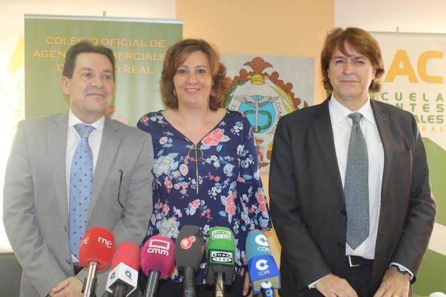 La consejera de Economía, Empresas y Empleo, Patricia Franco, ofrece una rueda de prensa en el Colegio de Agentes Comerciales de Ciudad Real