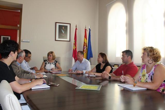 Javier Nicolás en el transcurso de una reunión mantenida con la alcaldesa de Yuncos