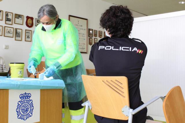 ASTRAZENECA | Sanidad CLM también aplaza la vacunación a policías, guardias civiles y bomberos
