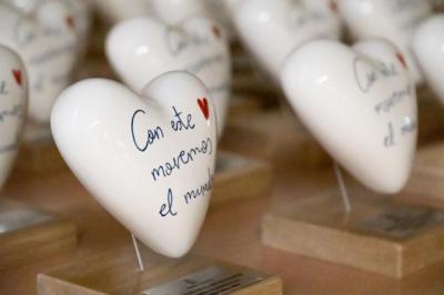 Corazones de cerámica de Talavera para premiar a 94 colegios de la región