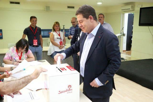 García-Page depositando su voto en la urna