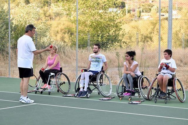 El Hospital Nacional de Parapléjicos consolida el tenis en silla de ruedas como oferta deportiva entre sus pacientes