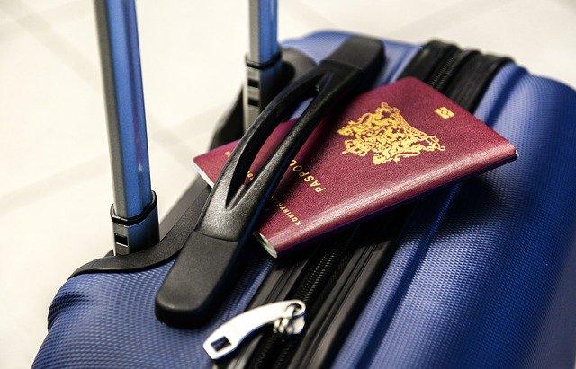 Maleta y pasaporte | Foto: Pixabay