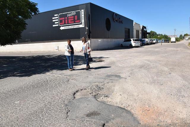 Tita García y Montse Muro visitando una de las zonas que se van a pavimentar.