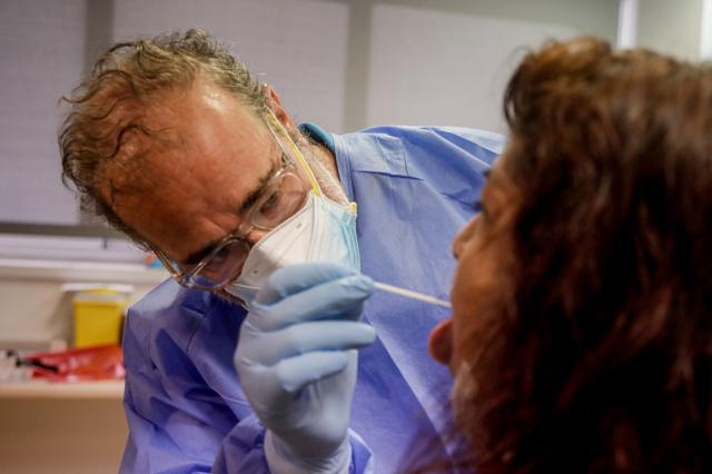 Un trabajador sanitario realiza una prueba PCR. Foto: Europa Press | Archivo
