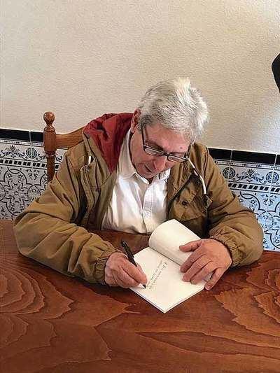 José firmando ejemplares de su libro tras la presentación