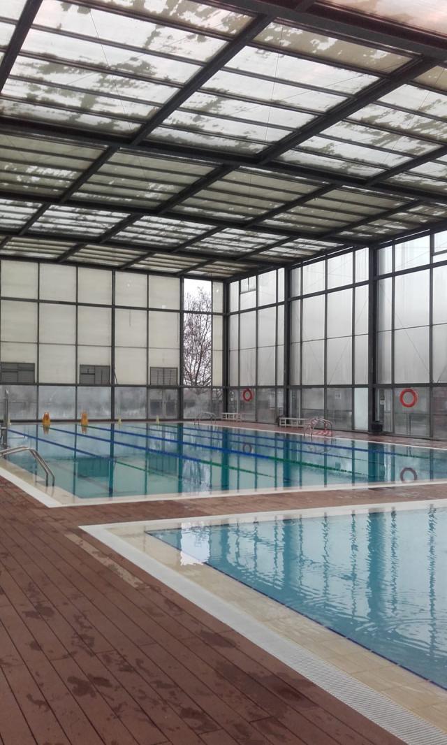 El fuerte viento desprende 2 paneles de la piscina del 'JAJE'
