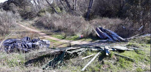 El embalse de La Portiña acumula casi más basura que agua