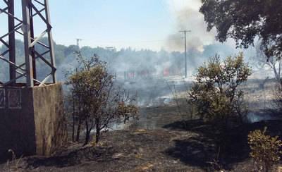 Dos helicópteros trabajan en la extinción de un incendio en Serranillos Playa (VÍDEO)