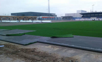 El césped del campo de fútbol Diego Mateo 'Zarra' 'va tomando forma'