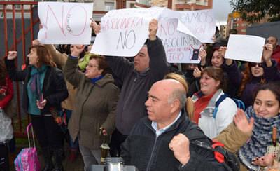 Vecinos de Talavera se concentran contra la construcción de una gasolinera junto al colegio Pablo Iglesias