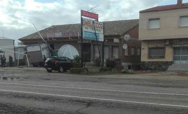 Un camión choca contra el comedor de un restaurante en Alcaudete