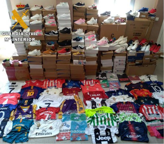 Cinco detenidos por vender en un mercadillo ropa falsificada por valor de 79.000 euros