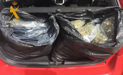 Detienen a un hombre que ocultaba 7,7 kilos de marihuana en el maletero