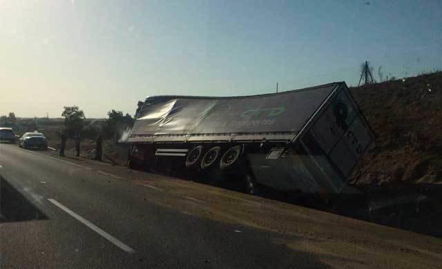 Vuelca un camión de gran tonelaje en la A-5 a su paso por Otero
