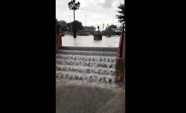 Una intensa lluvia y el granizo inunda algunas calles céntricas de Santa Olalla
