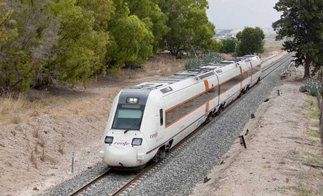 Un muerto y 2 heridos graves al colisionar un tren con un camión en Calzada de Oropesa