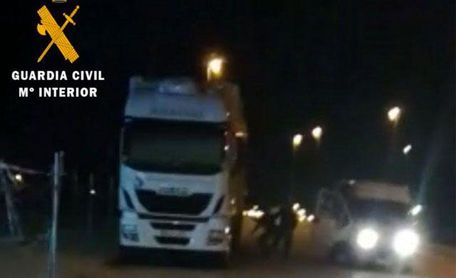 Detiene a tres hombres especializados en robar la carga de camiones