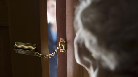 CORONAVIRUS | ¡No te fíes!: Roban a personas mayores usando el miedo a la enfermedad