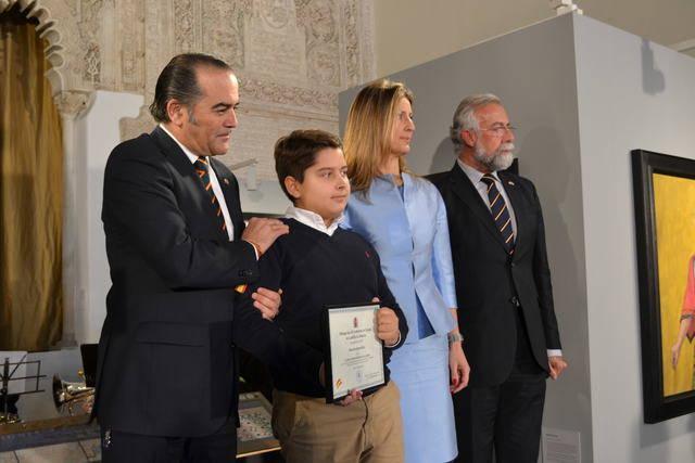 La mujer e hijo de Jesús Javier Rodríguez recogeindo la mención