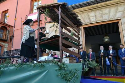 Continúa el desfile de Mondas mostrando la tradición de los municipios de la comarca
