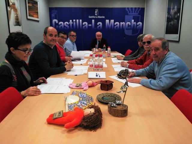La decoradora de telas Isabel Rueda, vecina de Segurilla, consigue el carné de oficios artesanos