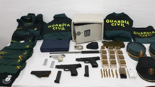 Las armas y uniformes recuperados
