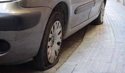 Vehículo con las ruedas pinchadas en la calle übeda, en Talavera de la Reina