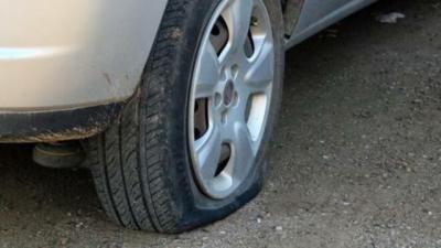 VANDALISMO| Más de 30 coches aparecen con las ruedas pinchadas en Navalcán
