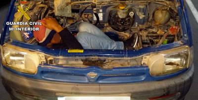 Detenidos por ocultar a una persona en el motor de una furgoneta