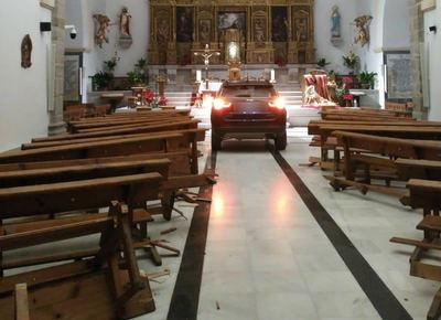 Un coche impacta contra la iglesia de Sonseca