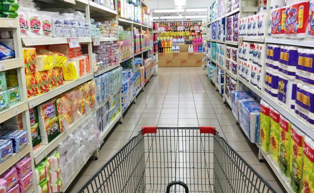 Un carrito recorre los pasillos de un supermercado    PXHERE