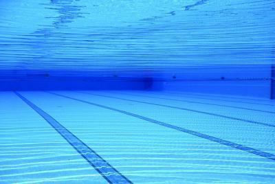 Trasladan a un menor al hospital tras quedar sumergido en una piscina municipal